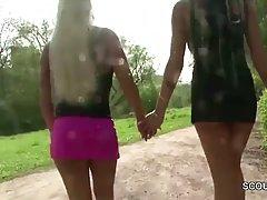 Две мамочки лесбиянки в парке на камеру теребят письки и делают друг другу куни