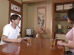 Азиатка подставляет большие сиськи и киску для любви со своим другом