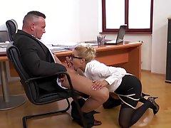 Блондинка в чулках прямо в офисе занимается сексом и кончает от вагинальной порки