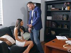 Брюнетка с длинными волосами раздвигает ноги в кабинете для ...