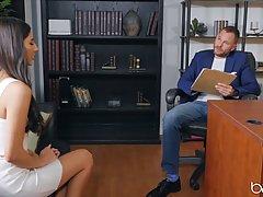 Брюнетка с длинными волосами раздвигает ноги в кабинете для секса с начальником