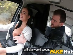 Брюнетка с большими сиськами прямо в машине раздвигает ноги в чулках для секса