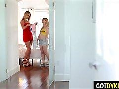 Блондинка с большими сиськми соблазнила лесбиянку на секс в кухне