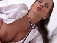 Мамочка в больнице в униформе медсестры насаживает на член п...