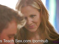 Грудастая светловолосая женщина дает уроки секса с разными л...