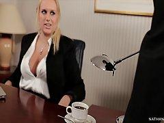 Мамочка блондинка с большими сиськами подставляет пилотку для секса с чернокожим