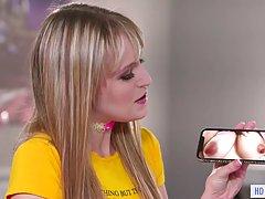 Лесбиянки блондинки ублажают друг другу в постели и полируют щелочки языками