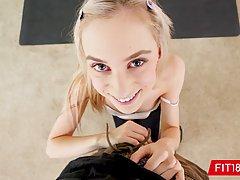 Худенькая молодая блондинка после фитнеса трахается от первого лица и кончает
