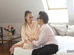 Жена блондинка не пустила своего мужа на работу, раздвигая перед ним ноги