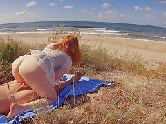 Рыжая мамочка с большой попой подставляет промежность для домашнего порно на природе от первого лица
