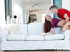 Брюнетка на диване задрала ноги вверх для страстного хардкор...