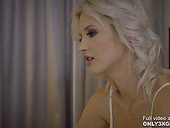 Блондинка лесбиянка соблазнила знакомую с большими сиськами ...