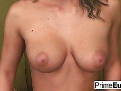 Девушка с кудрявыми волосами и большими сиськами кончает во время анального секса втроем