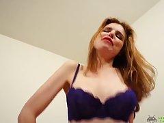 Рыжая девушка с большими дойками на веб камеру показывает соло мастурбацию