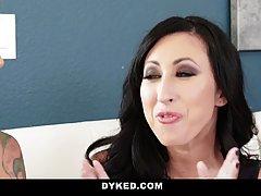 Лесбиянки с большими сиськами в спальне устроили развратный трах втроем