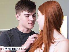 Молодая рыжая девушка в чулках и парень студент занимаются красивым сексом