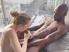 Чернокожий любовник на стуле трахает молодую блондинку и доводит ее до оргазма