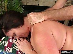 Толстушка мамочка во время массажа получает возбуждение и уд...