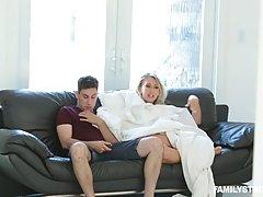 Грудастая блондинка трахается с лучшим другом ее сына каждый...