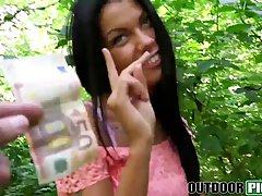 Темноволосая девушка София сосет хер и трахается в лесу за д...