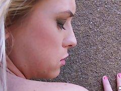 Блондинка отсасывает красивый член незнакомца в общественном...