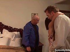 Зрелая домохозяйка удовлетворяет друга её мужа когда он смот...