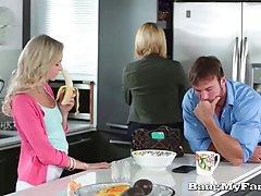 Непослушная блондинка трахается на кухне и наслаждаться кажд...