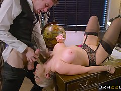Грудастая блондинка Ребекка Мур занимается сексом в библиоте...