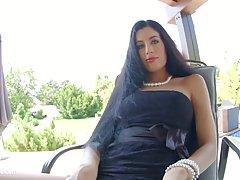 Грубо брюнетка с длинными волосами Эйприл Блу показывает ее ...