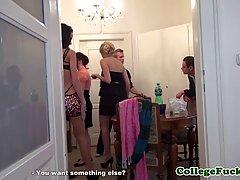 Европейский парень делает частную вечеринку в своей квартире...