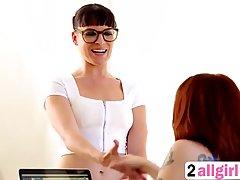 Темноволосая массажистка в черных очках соблазняет лесбиянок...