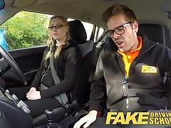 Блондинка в очках на секс в машине