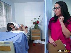 Петух любящий медсестра с большими сиськами на секс втроем в...