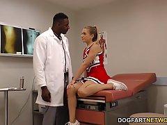 Чёрный гинеколог трахнул молодую студентку в своём кабинете