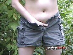 Молодая колхозница ласкает свою киску в лесу...