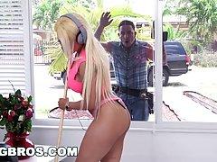 Латинская блондинка с большими сиськами обожает грубый трах...
