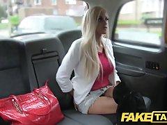 Жаркий анальный секс блондинки с парнем таксистом...