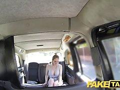 Блондинка работает ротиком по рулём водителя такси