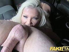Распутная блондинка с большими сиськами широко разведите ног...
