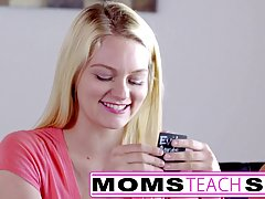 Зрелая блондинка дает бесплатные уроки Минет двум девушки од...
