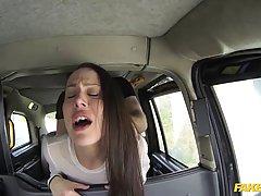 Диана Шурыгина сосет и получает в анал в такси...