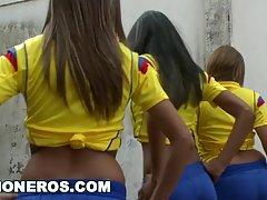 Горячие латинские красотки и их тренер шалят после тренировк...