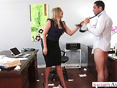 Зрелая дама в эротическом платье соблазнила своего коллегу б...