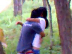 Индийская пара трахается в местном лесу...