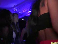 В клубе первокурсницы напились и стали трахаться с парнями