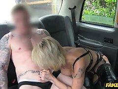 Татуированная сучка жёстко трахается с таксистом...