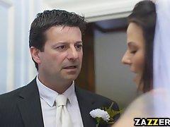 Сексуальная невеста решила по трахатся на своей свадьбе и её жестоко выебали в жопу