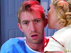 Великолепная блондинка медсестра Кэгни Линн самая популярная...