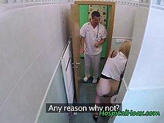 Похотливый доктор подглядел за обнажённой пациенткой...