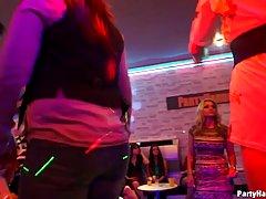 Развратные красотки устроили оргию в клубе